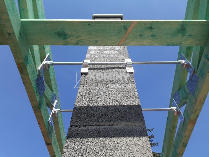 Kotvení zděného komínu ke krovu